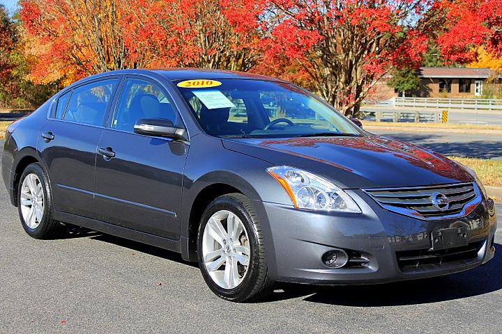 The 2010 Nissan Altima 3.5 SR photos