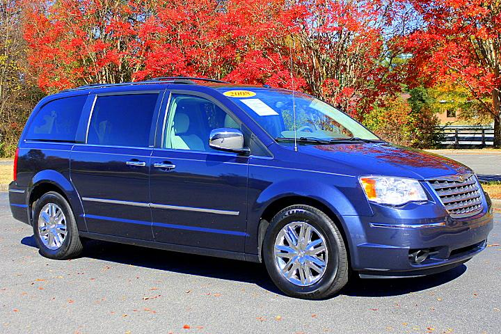 The 2008 Chrysler Town & Country Limited photos