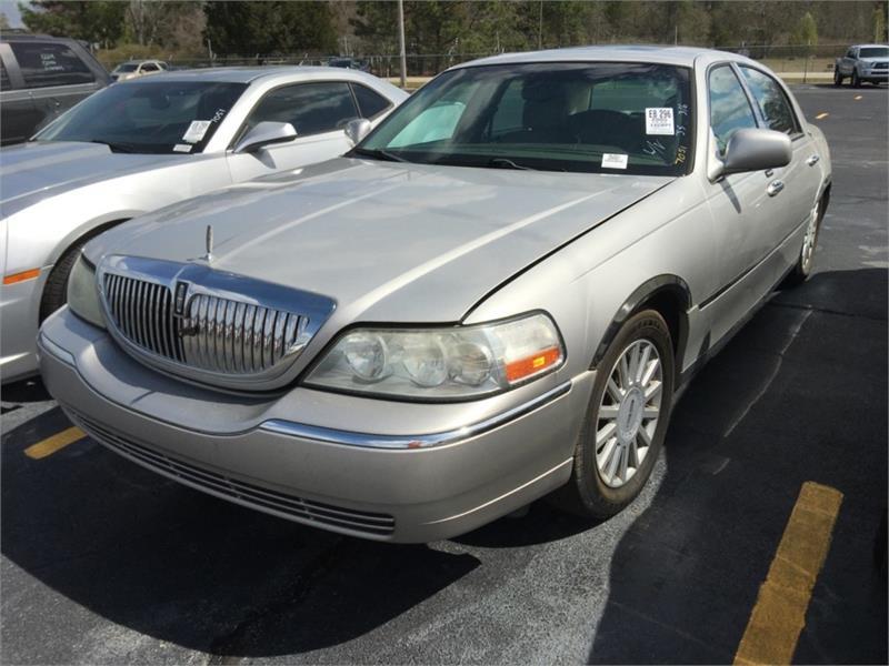 The 2005 Lincoln Town Car Signature photos