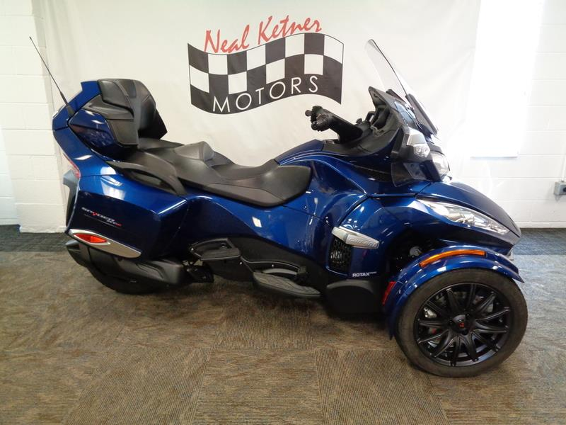 The 2016 Can-AM Spyder® RT-S 6-Speed Semi  photos