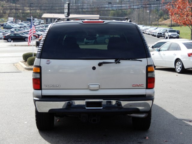 The 2004 GMC Yukon SLE